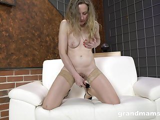 Amateur roughly stimulates her pussy in a down in the mouth solo